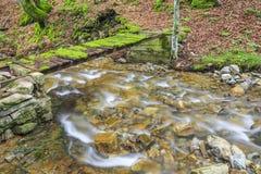 Kleiner Fluss im Berg Lizenzfreies Stockfoto