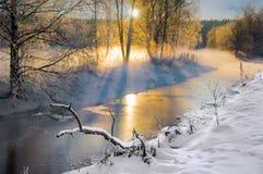 Kleiner Fluss im Winter stockbild