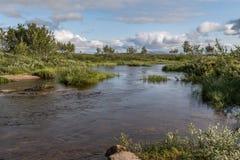 Kleiner Fluss in Kvalsund Finnmark Lizenzfreie Stockbilder