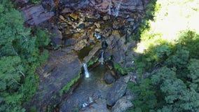 Kleiner Fluss und Wasserfall in den Bergen des überwucherten Waldes stock footage