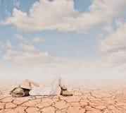 Kleiner Forscher auf einer Wüste lizenzfreies stockbild