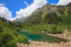 Kleiner Gebirgssee in den schönen Bergen Stockfotografie