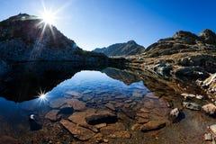Kleiner Gebirgssee an einem sonnigen Herbsttag Stockfotos