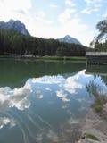Kleiner Gebirgssee mit Reflexionen von Wolken Stockfoto