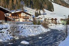 Kleiner Gebirgsstrom in Tirol-Alpen Holzhaus ist naher Gebirgsfluss wird bedeckt durch Schnee Stockbild