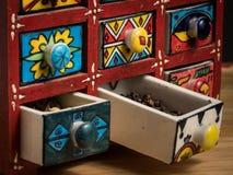 Kleiner gemalter Kasten mit Fächern für Gewürze, offene Fächer stockbilder