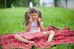 Kleiner gereizter Mädchenvorschüler Stockfotos