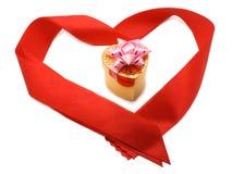 Kleiner Geschenkkasten im roten Farbband Stockbild