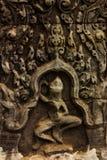 Kleiner geschnitzter Bas Relief im hindischen Tempel mit Tanzen-Zahl Stockfoto