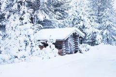 Kleiner hölzerner Blockhouse unter Schnee Stockfotos