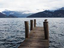 Kleiner hölzerner Hafen am See Stockbild