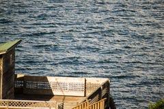 Kleiner hölzerner Patio durch die Küste Lizenzfreies Stockfoto
