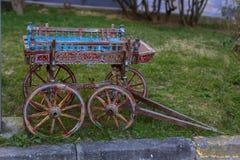 Kleiner hölzerner Wagen auf einer Wiese im Dorf lizenzfreie stockbilder