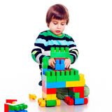 Kleiner hübscher Junge, der lego spielt Stockfoto
