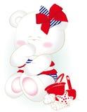 Kleiner hübscher Mädchenbär am Strand Lizenzfreies Stockfoto