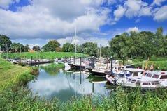 Kleiner Hafen mit den Yachten gelegen in einer grünen Umwelt, Woudrichem, die Niederlande Stockbilder