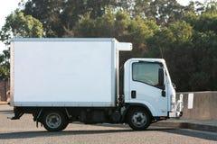 Kleiner heller LKW mit gekühltem Behälter Stockbilder