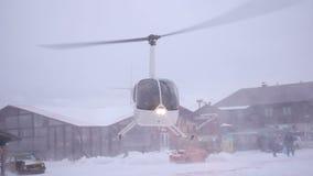 Kleiner Hubschrauber, der weg fliegt stock footage