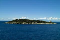 Kleiner Insel Hauptrechner mit Leuchtturm stockbilder