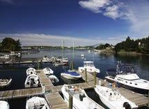 Kleiner Jachthafen mit Booten stockfotos