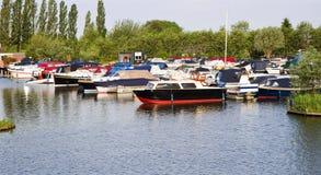 Kleiner Jachthafen mit Yachten Lizenzfreies Stockfoto