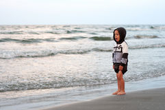 Kleiner Junge überrascht durch die Wellen Lizenzfreies Stockbild
