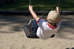 Junge auf einem Schwingen Stockfotografie