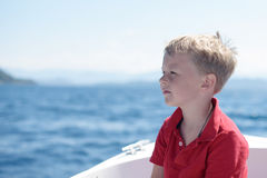 Kleiner Junge auf Boot im Meer Stockbilder