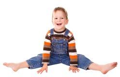 Kleiner Junge auf dem Boden Stockbilder
