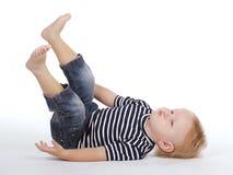 Kleiner Junge auf dem Boden Stockbild