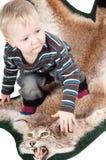 Kleiner Junge auf dem Luchspelz Stockfotos