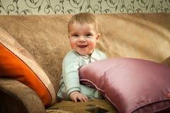 Kleiner Junge auf der Couch Stockfotos