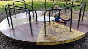 Kleiner Junge auf einem beweglichen Karussell stock video