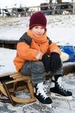 Kleiner Junge auf einem Schlitten Lizenzfreie Stockfotografie