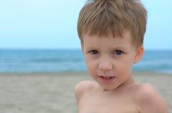 Kleiner Junge auf einem Strand Stockbild