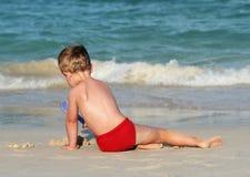 Kleiner Junge auf einem tropischen Strand lizenzfreies stockbild