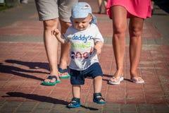 Kleiner Junge auf einem Weg stockfotografie