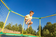 Kleiner Junge auf einer Trampoline Stockbild