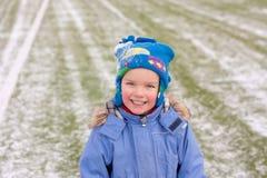 Kleiner Junge auf Fußballplatz, Winter Stockfotos