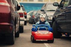 Kleiner Junge auf Parken lizenzfreies stockbild