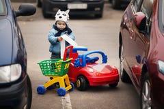 Kleiner Junge auf Parken stockfotografie