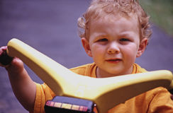 Kleiner Junge auf Reitspielzeug Stockfotos