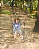 Kleiner Junge auf Schwingen Stockbilder