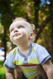 Kleiner Junge auf seinen Vater ` s Händen Lizenzfreie Stockbilder