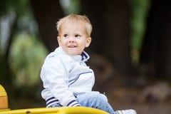 Kleiner Junge auf Spielplatz Lizenzfreie Stockfotos