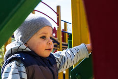 Kleiner Junge auf Spielplatz Stockfoto