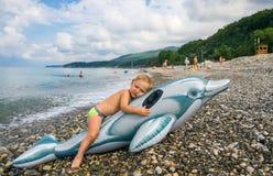 Kleiner Junge auf Strand in dem Meer Lizenzfreies Stockfoto