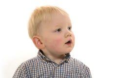 Kleiner Junge auf weißem Hintergrund Lizenzfreie Stockbilder