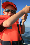 Kleiner Junge auf Yacht Stockfotos