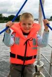 Kleiner Junge auf Yacht Stockfotografie